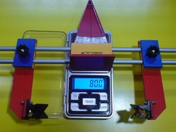 Przyrząd do ustawiania i pomiaru różnych kątów w modelu